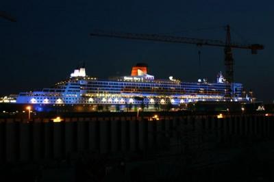 Queen Mary 2 bei Nacht (Belichtungszeit 25 Sekunden)