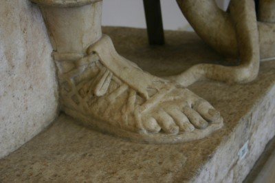 Sehr detailreiche Sandale im Pergamon-Museum