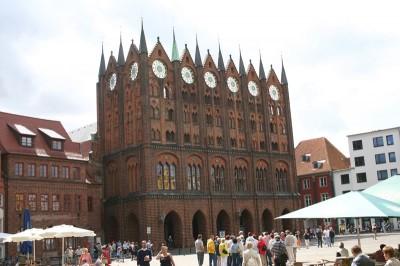 Alter Markt mit Rathaus in Stralsund