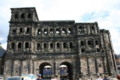 Das Wahrzeichen der Stadt - das Schwarze Tor (Porta Nigra)