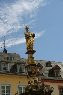 Der Petrusbrunnen, wenn man genau hinsieht hat er 2 Schlüssel, einen für die Himmelspforte und einen für die Weinkeller der Stadt
