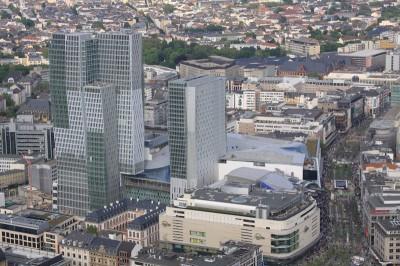 Blick von der Aussichtsplattform auf die Fußgänerzone mit Galeria Kaufhof und myZeil