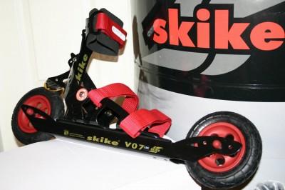 skike schwarz mit roten Felgen und Bändern