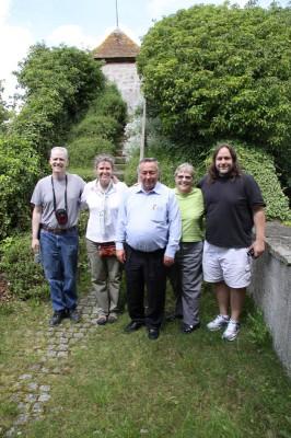 Die Gruppe mit ihrem Reiseführer auf der Tannenburg