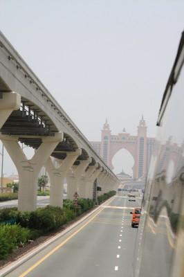 Links die Monorail Bahn, links und rechts davon die Straße und am Horizont das Atlantis