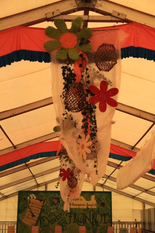 Auch vom Zelt-Schmuck hing schon ein großer Teil am Mittwoch.