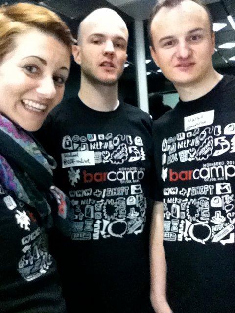 Wir drei im gepimpten Barcamp T-Shirt!