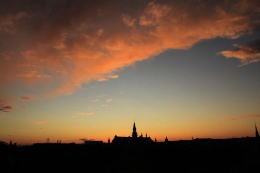 Die untergehende Sonne über dem Nordischen Museum.