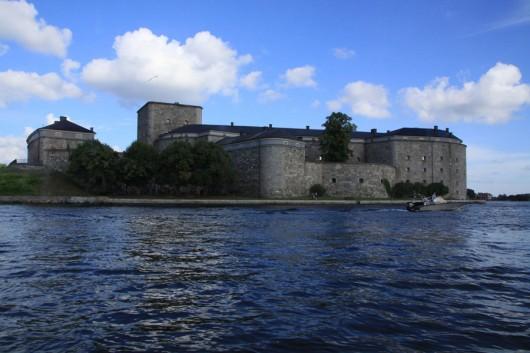 Blick aus dem Boot auf die Festungsinsel Vaxholm.