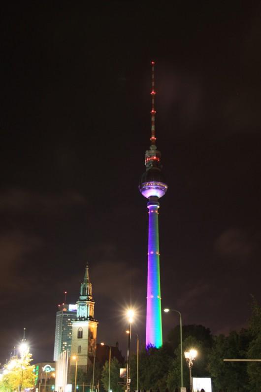 Projektion auf den Fernsehturm am Alex.