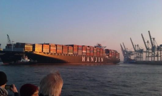Ein mittelgroßes Containerschiff beim rückwärts Anlegen.