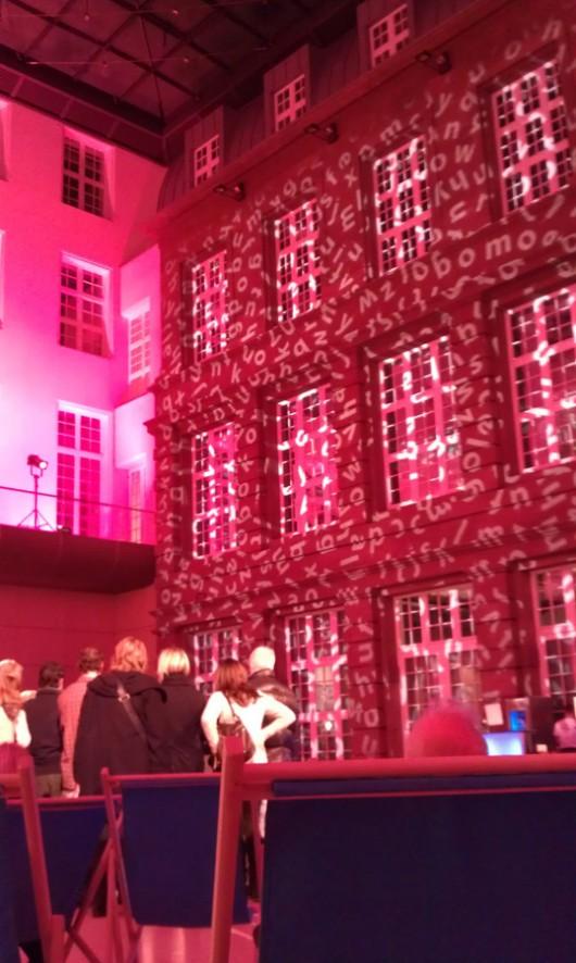 Illuminierter Innenhof des Deutsche Guggenheim Cafés