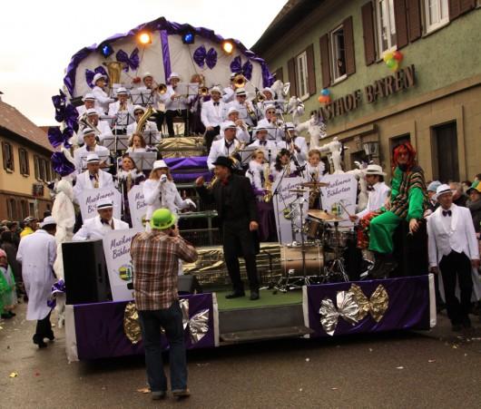 Der Bühlertanner Musikverein mit Sängerin.