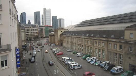 Mein Hotelausblick in Frankfurt. Das Gebäude hinter den Polizeiautos ist der Hauptbahnhof.