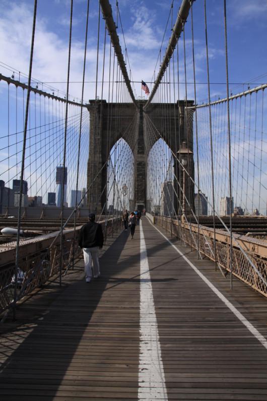 Zu Fuß über den East River nach Manhattan rein.