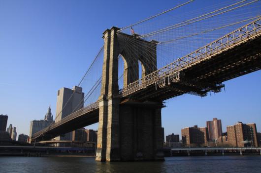 Die Brooklyn-Brigde vom Fluß aus gesehen.
