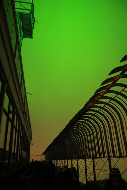 An dem Bild ist nichts bearbeitet. Durch die grünen Strahler sah der Himmel wirklich so aus.