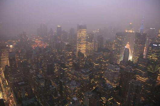 Leider war's ein bisschen nebelig, aber dem Einbruch der Dunkelheit auf dem Empire State Building zu beobachten hat was... ;-)