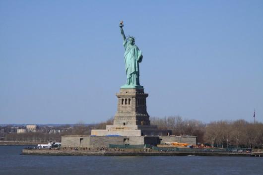 Die Freiheitsstatue bei strahlend blauen Himmel und 22° C.