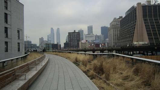Über den Straßen New Yorks im High Line Park.