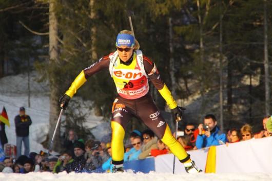 Die spätere Siegerin Magdalena Neuner nach dem Anstieg am Fischbach.