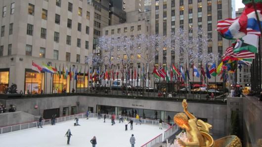 Eine Eislaufbahn vor dem Rockefeller Center.