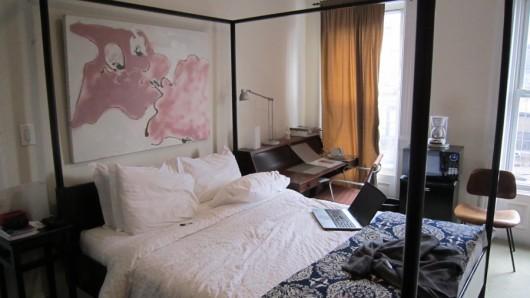 Hübsches Zimmer mit Himmelbett aber ohne Himmel.