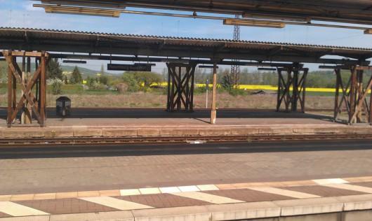 Auf der Fahrt in die Haupstadt - Holzbahnsteige in Naumburg.