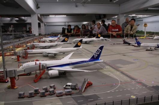 Etliche große Flugzeuge an den Gates des Terminals.