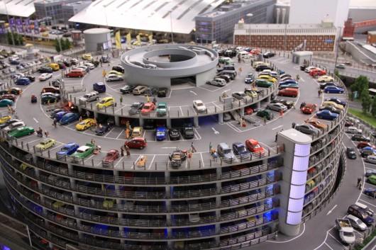 Rekordverdächtig! Rund 5000 Autos sind auf den Parkflächen des Flughafens abgestellt.