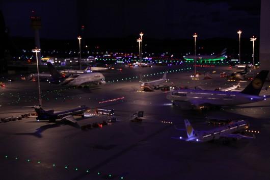 Nicht weniger beeindruckend: das Flughafenvorfeld bei Dunkelheit.