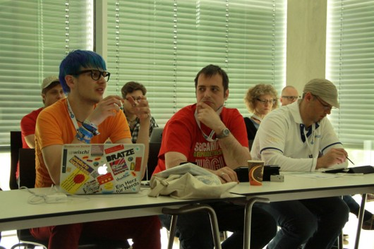Blick in die Gesichter der Diskussionsteilnehmer der Hacking via USB-Session