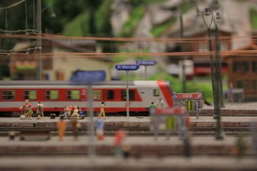 Ein einfahrender Regionalzug im Österreich-Abschnitt.