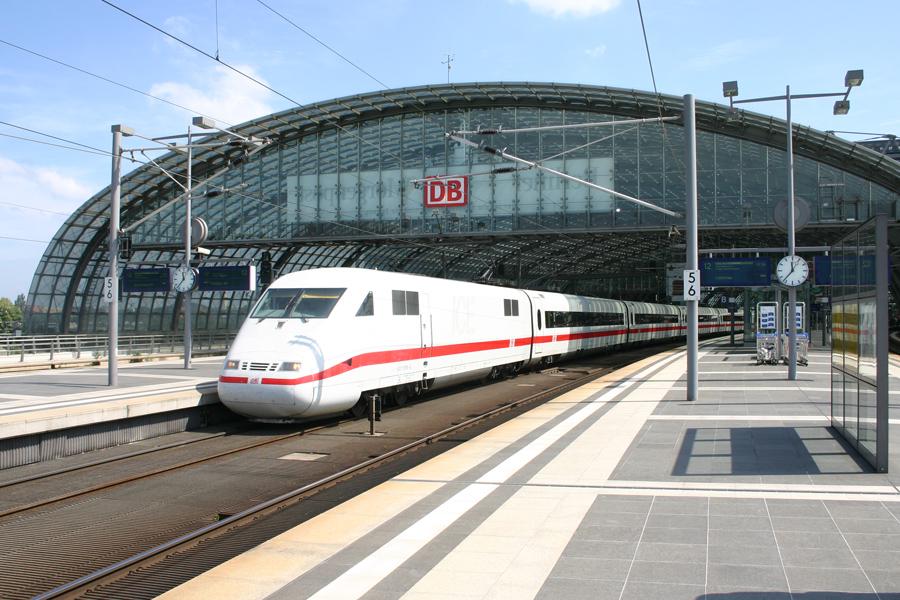 Berlin Hauptbahnhof im Sommer 2008.