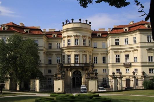Rückseite der Deutschen Botschaft in Prag.