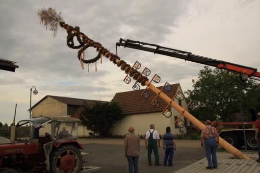 Gemeinsames Maibaum aufstellen: das Dorfleben darf in Fronrot wohl auch als intakt bezeichnet werden.