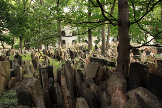 Auf dem jüdischen Friedhof.