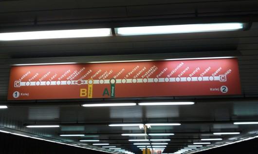 Linienverlaufsanzeige über dem Bahnsteig.