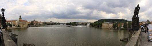 Der Blick von der Karlsbrücke stromaufwärts auf die Moldau.