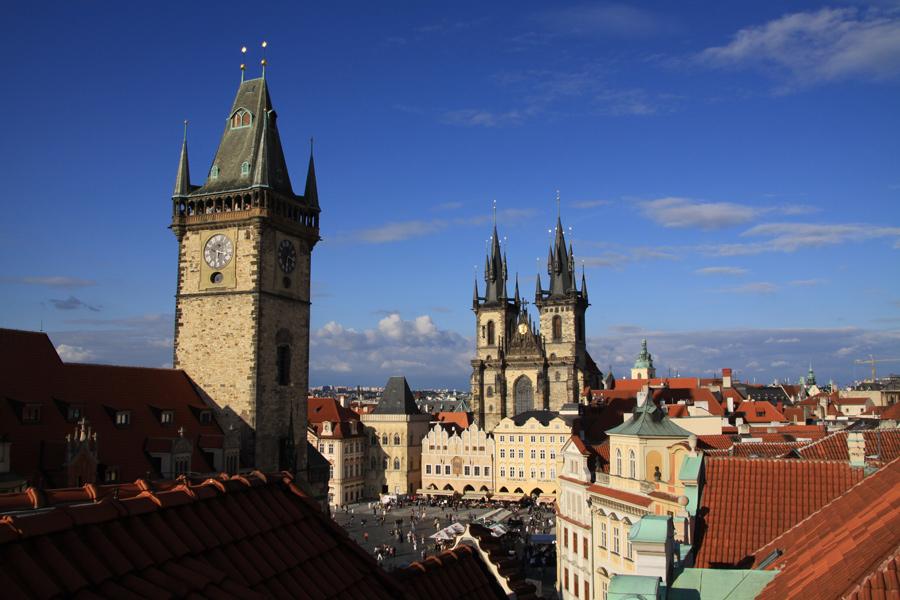 Die Prager Altstadt mit Old Town Square mit Rathausturm.