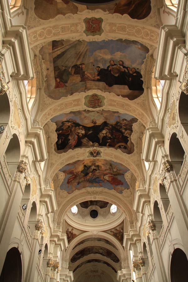 Die wunderschöne Decke in der St. Thomas-Kirche.