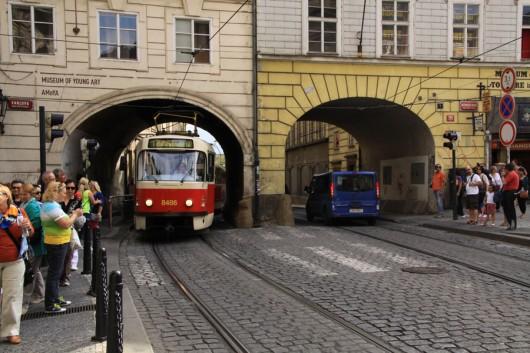 Kein Tor ist in Prag zu eng für die Straßenbahn.