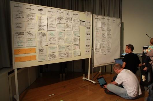 Zwei wichtige Helfer: Andreas und Dirk beim Befüllen des Timetablers.