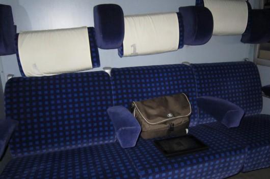 1. Klasse Abteil: Wenn man die Armlehne hochklappt hat man fast ein Bett.
