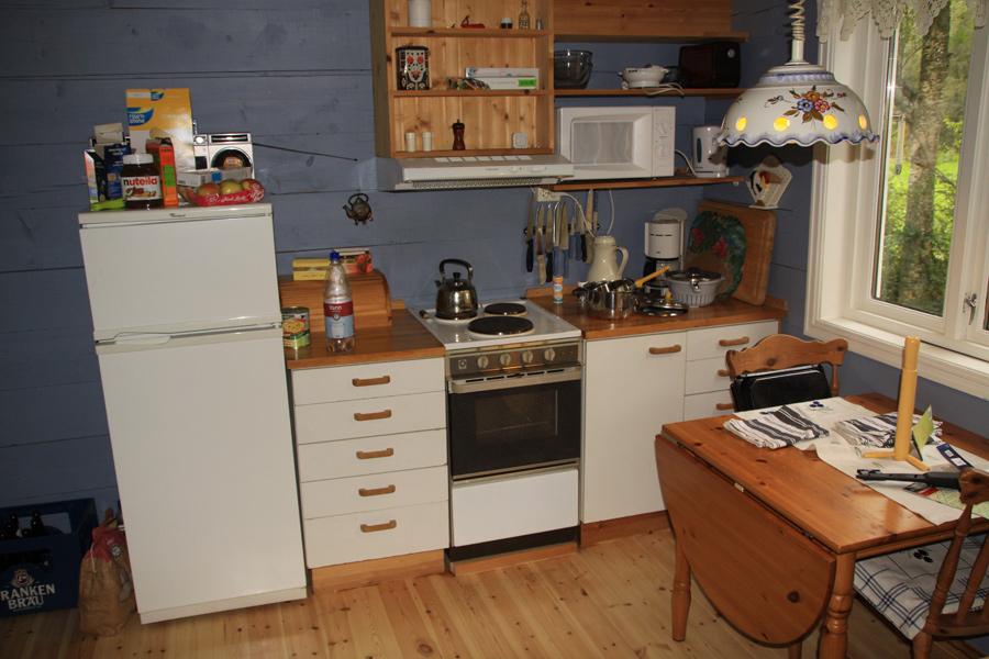 Eine Teilansicht der gut ausgestatteten Küche.