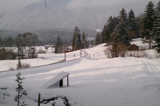 Auf dem Rückweg ins Tal mit Blick auf die Strecke der Zugspitzbahn.