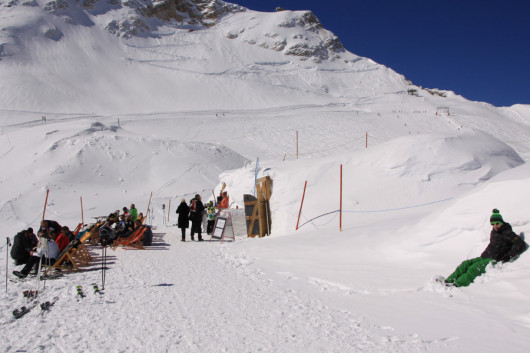 Das Iglu (rechts) mit Schneebar und den Liegestühlen in der Sonne.