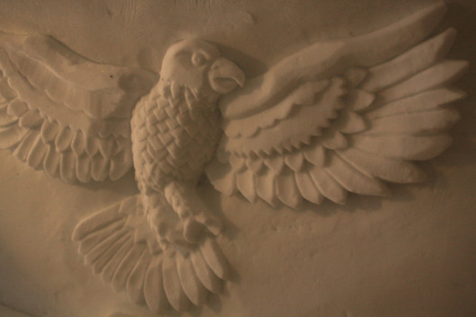 Ein in den Schnee geschnitzter Adler.