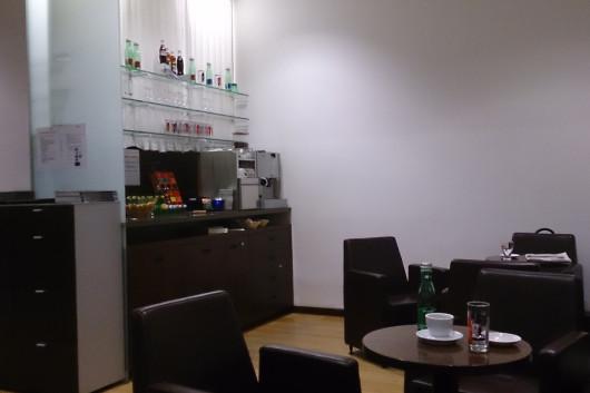 Die Selbstbedienungsecke der Innsbrucker Lounge. Ganz rechts die Kaffeemaschine.