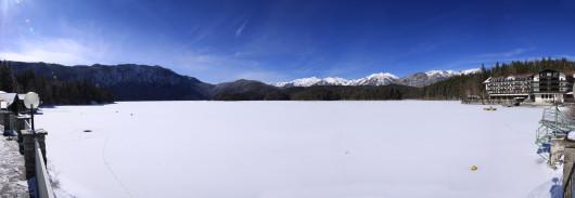 Panoramablick auf den zugefrorenen Eibsee.